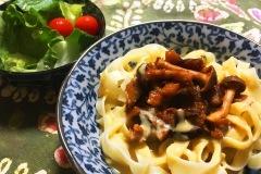 delicious-vegan-noodle-dish-on-blue-plate